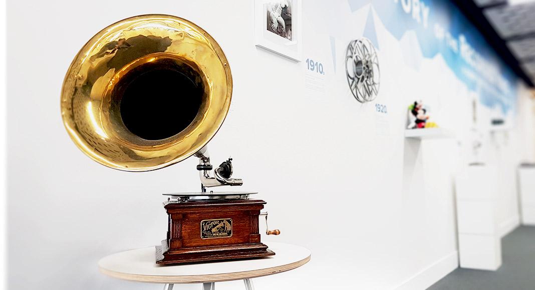 Voices.com Audio Museum, Victor Model E Monarch Junior Phonograph. Gramophone.